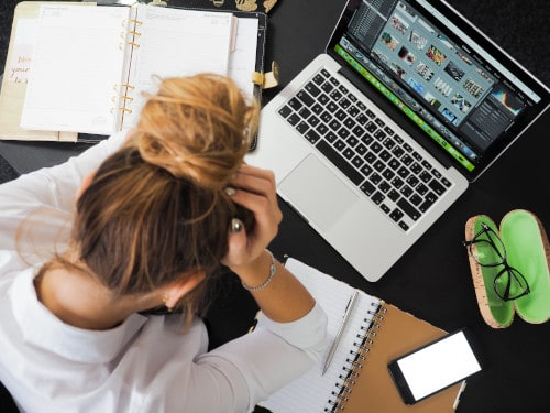 Pessoa trabalhando em casa sem suporte.